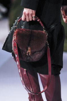 See all the Details photos from Altuzarra Autumn/Winter 2017 Ready-To-Wear now on British Vogue Fashion Wear, Fashion Bags, Fashion Handbags, Aw17 Trends, Best Designer Bags, Designer Handbags, Hand Bags 2017, New Handbags, Leather Design