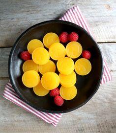 Heisann! Hugser du oppskrifta på gelêgodteri uten sukker?Du finner den her, og eg lagde den med ZerOH saft.Eg har laga fleire varianter sida det, blant anna med ulike smaker på safta, men det aller beste er faktisk å bruke ferskpressa juice fra frukt og bær. Dagens variant er med appelsin, klementin og lime – syrlige, …