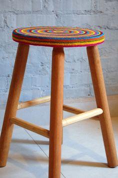 As banquetinhas (R$ 139,10) levam um charme especial com o assento em crochê colorido! Essa é da Oficina da Terra, disponível no Elo7