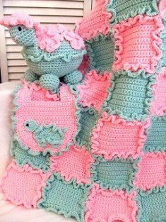 This is a great #crochetd Ruffled blanket for baby. This would be a nice baby shower gift too.