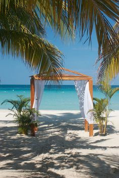 Couples Swept Away in Negril Beach, Jamaica #Caribbean - Beautiful