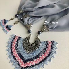 Dazzling Needle Lace Scarf Models - Jewelry World Tassel Necklace, Crochet Necklace, Beaded Bracelets, Crochet Accessories, Jewelry Accessories, Best Jewellery Design, Lace Scarf, Scarf Jewelry, Jewelry Model