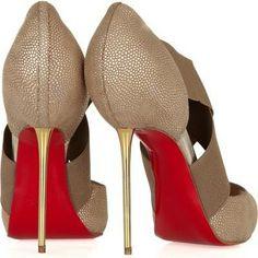 Zapatos de tacón de aguja con piel de cocodrilo de color beige, con tiras, tacón dorado y suela roja. de Loubutin