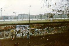 1990 Berlin - Berliner Mauer an der Ebertstraße. Auf dem ehem. Todesstreifen befindet sich heute das Holocaust-Mahnmal.  ☺