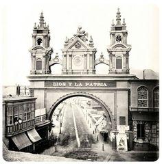Antiguo arco en la entrada de Jirón de la Unión ( actualmente no existe), Lima. Foto de Lima Antigua