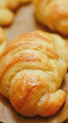 Buttery, flaky croissant perfection that you can make at home. Amaze yourself with these easy and delicious homemade croissants. Croissant Nutella, Croissant Pizza, Vegan Croissant, Croissant Recipe Bread Machine, French Butter Croissant Recipe, Easy Croissant Recipe, Mini Croissant, Homemade Croissants, Food Recipes