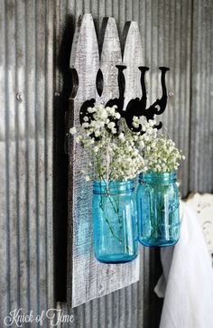DIY Farmhouse Style Decor Ideas - Rustic Picket Fence Wall Hooks With Mason Jars - Creative Rustic Ideas for Cool Furniture, Paint Colors, Farm House Decoration for Living Room, Kitchen and Bedroom Farmhouse Style Decorating, Farmhouse Decor, Rustic Decor, Rustic Fence, Vintage Farmhouse, Vintage Kitchen, Vintage Decor, Picket Fence Crafts, Picket Fences