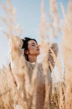 - ̗̀ pinterest:Narayani ̖́- Portrait Photography Poses, Photography Poses Women, Outdoor Photography, Creative Photography, Teen Girl Photography, Spring Photography, Creative Portraits, Digital Photography, Picture Poses