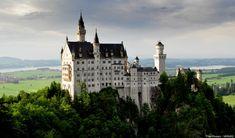 Castillo de Neuschawanstein, Alemania  Situado en Baviera, este castillo fue idea del rey Luis II que soñó con un lugar de cuento, rodeado de montañas y lagos, más romántico que ningún otro castillo hasta la fecha. De hecho, casi logra colarse entre las maravillas del mundo moderno, que se dice pronto.