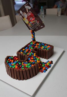 Schwerkraftkuchen - Gâteaux, pâtisserie et desserts - Torta Candy, Candy Cakes, Cupcake Cakes, Bolo Neked Cake, 5th Birthday Cake, Unicorn Birthday, Chocolate Birthday Cake Kids, Cake Chocolate, Number Birthday Cakes