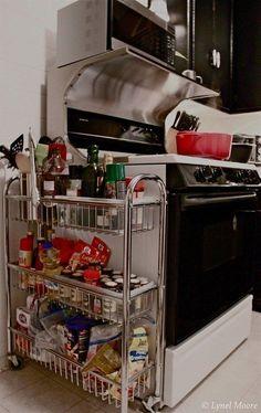 Incluso un carrito rodante pequeño y estrecho puede mejorar el almacenamiento. | 31 Maneras increíblemente ingeniosas de organizar una cocina pequeña