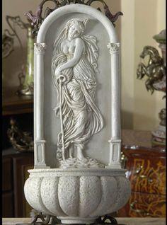 Przepiękna, niespotykana, wisząca waza na kwiaty. Ozdobiona reliefem, przedstawiającym kobietę wylewającą wodę. Bardzo subtelna, a przy tym niezwykle dekoracyjna kompozycja, która podkreśli urodę kwiatów, a także ozdobi wnętrze salonu, ogrodu zimowego, czy taras. Idealna zarówno do sztucznych kompozycji kwiatowych, jak i żywych roślin. Na pewno ciekawie będą prezentować się w niej różnokolorowe rośliny zwisające.  Wykonana współcześnie według ...