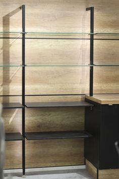 Siro ja keveä Stili säilytysjärjestelmä taipuu ja muuntautuu kodin eri tarpeisiin.  #keittiö #säilytys #säilytysjärjestelmä #stili #avohylly #helatukku Avon, Bookcase, Shelves, Home Decor, Shelving, Decoration Home, Room Decor, Bookcases, Shelf
