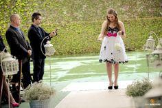 Casamento May & Rapha | Madrinha jogando pétalas de flores