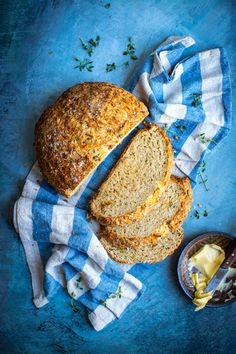 A classic Irish bread with a twist! Add a little extra flour if you find the dough is too wet and sticky. Using a mature cheddar here makes the loaf even Bon Apetit Recipe, Vegetarian Recipes, Cooking Recipes, Bread Recipes, Irish Bread, Savory Scones, Soda Bread, Irish Recipes, Savory Snacks