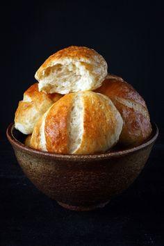 Petits pains au lait - franc. słodkie mleczne bułeczki krucho-drożdżowe. Pyszne z dżemem, równie dobrze np. z salami :o