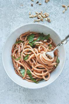 Jaka jest najlepsza para dla spaghetti? Oczywiście, że dojrzałe pomidory. A co najlepiej podkreśli słodycz pomidorów i świeżość bazylii? Truskawki!  Połączenie truskawek i pomidorów to randka doskonała – obydwoje są słodcy, soczy�[...]