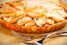 An easy apple tart recipe with a delicious caramel sauce. Caramel Apple Tart Recipe from Grandmothers Kitchen. Tart Recipes, Apple Recipes, Sweet Recipes, Whole Food Recipes, Cooking Recipes, Pie Dessert, Dessert Recipes, Fondant Au Caramel, Apple Tart Recipe