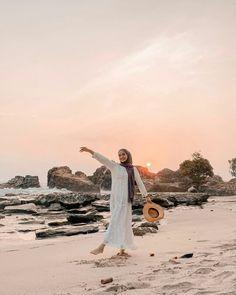 Hijaber of the day by Hijab Fashion Summer, Street Hijab Fashion, Beach Photography Poses, Beach Poses, Photo Hijab, Hijab Mode Inspiration, Ootd Poses, Poses Photo, Beach Ootd
