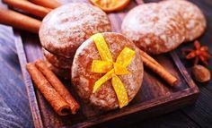 Hohoho! Willkommen in der Weihnachtsbäckerei. Niemand möchte auf Lebkuchen verzichten – aber statt nach Weihnachten kugelrund zu sein, gibt es dieses Jahr diese Ode an Zimt für die perfekte Weihnachtsstimmung – Unsere Low Carb Lebkuchen in Oblatenform! Zutaten für 25-30 Low Carb Lebkuchen 6 große Eier 600g gemahlene Haselnüsse 200g gehackte Mandeln, alternativ auch Mandelmehl …