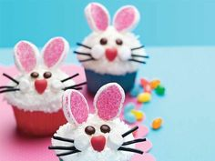 niedliche Oster Cupcakes mit Osterhase mit Ohren und Schnurhaar Bonbon Augen
