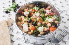 Ensalada Griega: Garbanzos, yogur, queso feta, tomate, menta, perejil y aceitunas negras. Fresca y diferente.