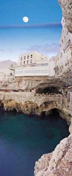 um restaurante dentro de uma gruta com vista para o mar adriatico, ja pensou?…