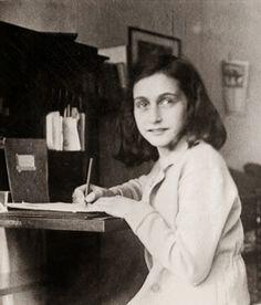 Posando y con lápiz, Ana Frank en su casa de Merwedeplein. Foto tomada en 1941.