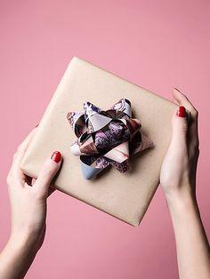 Hier zeigen wir dir Schritt für Schritt, wie du eine hübsche Papierschleife selber basteln kannst!