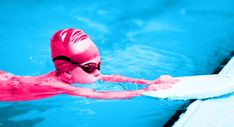 Freestyle is the first swimming stroke most kids learn in swimming lessons, but it is not always the easiest to teach as a parent. Here's how in 4 steps. Swimming Pool Exercises, Swimming Drills, Swimming Tips, Open Water Swimming, Kids Swimming, Teach Kids To Swim, Learn To Swim, Swimming Lessons For Kids, Swim Lessons