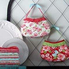 This looks like an easy purse pattern - can make for the girls.