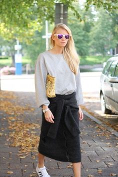 the loose gray sweater / long black skirt/ with silver Nikes (or gold Nikes) Skirt And Sneakers, Sneakers Style, Black Sneakers, Kinds Of Clothes, Style Clothes, Daily Fashion, Fashion 101, Vintage Denim, Street Chic