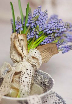 Wrap Easter bouquet in vintage ( or tea stained) newspaper, add lace antique for a beautiful presentation Fresh Flowers, Spring Flowers, Beautiful Flowers, Deco Floral, Arte Floral, My Flower, Flower Power, Azul Pantone, Hello Spring
