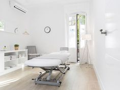 Clínica Fisioterapia Goya - Madrid Centro Massage Therapy Rooms, Massage Room, Spa Room Decor, Massage Clinic, Cabinet Medical, Esthetician Room, Wellness Studio, Hospital Design, Home Salon