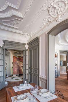 В Париже почти каждая квартира — это про искусство, творчество, историю, но нередко также и про яркие краски. Всё это есть в замечательных апартаментах рядом со знаменитой Оперой Гарнье — в основу их обновлённых интерьеров легла роскошная художественная лепнина на потолках и великолепные классические дверные рами. Наполняя пространства мебелью, дизайнер решил действовать смело — мягкая... Classical Interior Design, French Interior Design, Apartment Interior Design, Classic Interior, Flat House Design, Classic House Design, Parisian Architecture, Interior Architecture, Appartement Design