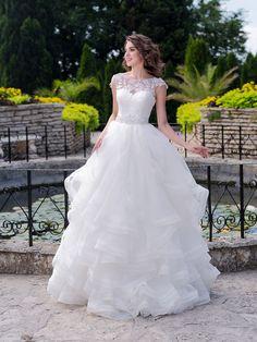 Nádherné svadobné šaty s čipkovaným zvrškom a volánovou sukňou
