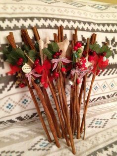 Cinnamon sticks .... Mos Nicolae 2015 Holiday Ornaments, Christmas 2019, Christmas Tree Ornaments, Christmas Wreaths, Christmas Crafts, Christmas Decorations, Xmas, Craft Stick Crafts, Diy And Crafts