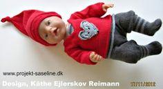Baby born opskrifter 43 cm. Nissesæt til drengen bestående af korte nissebukser på strikkede strømper i striber en bluse med undertrøje nissehue og stor mus på maven