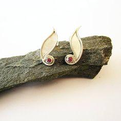 Ontwerp van Karen Klein edelsmid | Zilveren oorstekers met rhodoliet