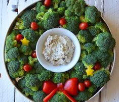 Loving this Holiday veggie tray - It's a broccoli Christmas wreath. With a healthy creamy ranch dip. Christmas Buffet, Christmas Party Food, Christmas Appetizers, Veggie Christmas, Party Appetizers, Holiday Treats, Christmas Treats, Holiday Recipes, Christmas Holidays