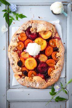 Summery tarte with nectarine, plums, apricots, peaches and cherries. // Sommerliche Steinobst Tarte mit Nektarinen, Pflaumen, Aprikosen, Pfirsich und Kirschen. #enjoysiemens
