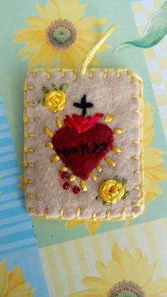 escapulario sagrado corazn beige con flores amarillas