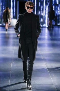 Hedi Slimane presented his Fall/Winter 2015 collection for Saint Laurent, during Paris Fashion Week. Cool is as intangibly elusive as a Gauloises Look Fashion, Runway Fashion, Fashion Show, Mens Fashion, Fashion Design, Paris Fashion, How To Wear Turtleneck, Turtleneck Style, Saint Laurent Paris