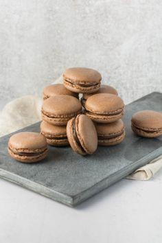 Chokolade macarons opskrift og vejledning Macarons, Macaron Recipe, Chocolate Ganache, Cookies, Desserts, Recipes, Broccoli, Food, Crack Crackers