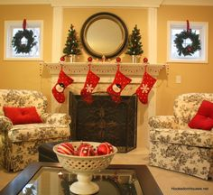 beautiful holiday mantle. Love the balance.