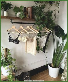 Legend Plant Decor Bedroom - likes and inspirstion - - Decoration bedroom - Blumen Bedroom Plants Decor, Decor Room, Plant Decor, Bohemian Room Decor, Nature Bedroom, Bohemian Bedroom Design, Garden Bedroom, Design Bedroom, Industrial Bedroom Decor