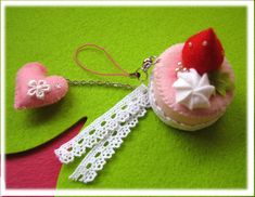 fürs massband :-) Felt Cake, Felt Food, Food Crafts, Pin Cushions, Quilling, Sewing Crafts, Crochet Earrings, Quilts, Cute