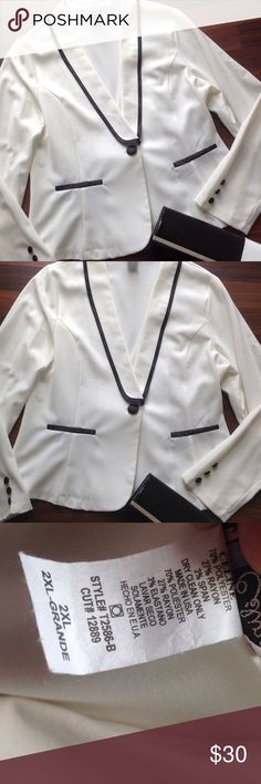 💕HOST PICK💕 Blazer NWOT White and black blazer never worn 2x fits 14/16 best Boutique Jackets & Coats Blazers