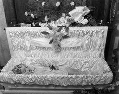 This is an old photograph of a young girl named Jeanette Grace Waggoner that was taken at 641 West Short Street in the city of Lexington, Kentucky on May Memento Mori Photography, Post Mortem Pictures, Post Mortem Photography, Antique Pictures, Momento Mori, Casket, Macabre, Victorian Era, Funeral