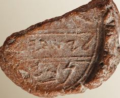 Beyond Biblical references, researchers may have come across the first known archaeological evidence of Isaiah. The possibility emerges from the discovery of a old seal (also called a bulla) that bears the name of the prophet. Hebrew Names, Hebrew Bible, Eilat, King Hezekiah, Science News Articles, Article Of The Week, English Coins, Prophet Isaiah, Dead Sea Scrolls